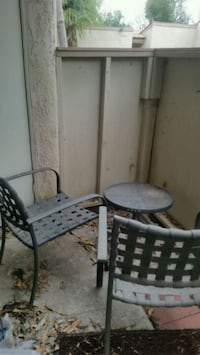 2 metal patio chairs and table Thousand Oaks, 91320