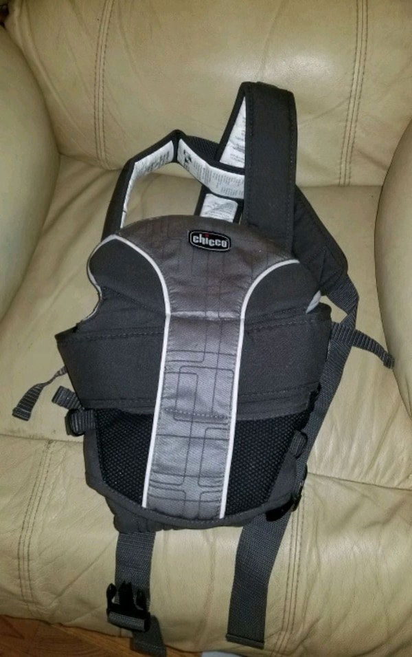 Baby carrier lightly used 7.5 lbs to 25 lbs de9fd867-2e47-410c-b2e7-03bdde080586