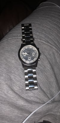 Women's Guess Watch. Great Christmas gift. Only worn twice, but needs a battery. 61 km