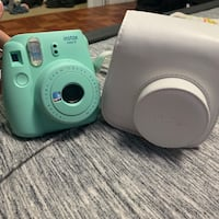 Instax 9 polaroid camera with carrying case Ventura