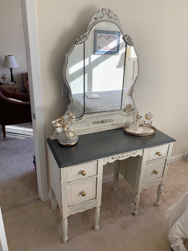 Antique Vanity with Stool cb3be562-1478-4619-b42d-c25a6b1618c7