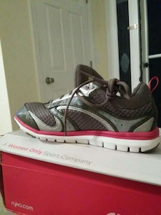 New tennis shoes, size 6.5