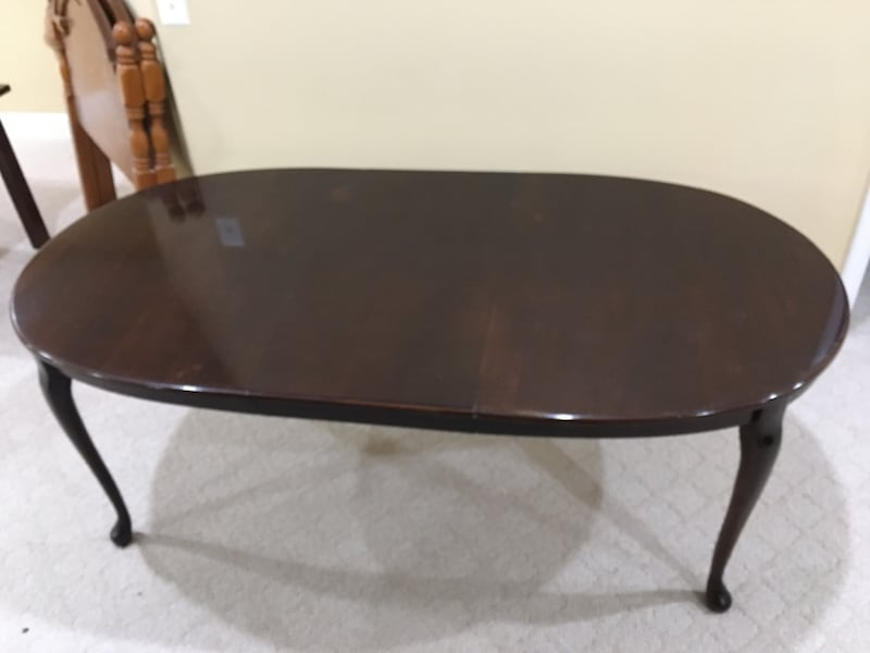 Dining Room Table with leaf 03616f6d-0bbb-4b81-988a-fcaced83e151