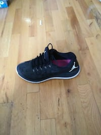 unpaired black and red Nike running shoe Montréal, H1L 2L1