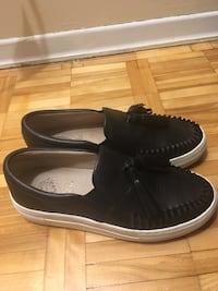 pair of black leather slip-on shoes Montréal, H1M 2W4