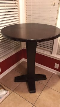 Round brown wooden pedestal table Centreville, 20121