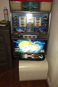 Slot machine with tokens included.  Works great