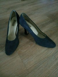 pair of black suede pointed-toe heeled shoes 732 km