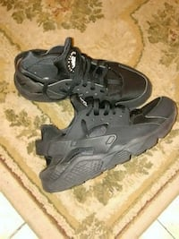 pair of black Nike Huarache shoes Miami, 33137