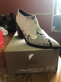 unpaired white and black Air Jordan 13 shoe with box New York, 10009