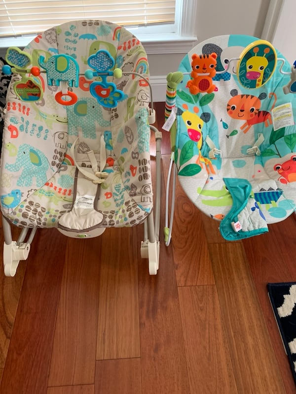 2 Baby bouncing chairs, bouncer ac0e96a9-bd66-45f5-aa48-cdf2d4c05b33