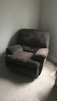 Brown recliner CLEAN Cleveland, 44109