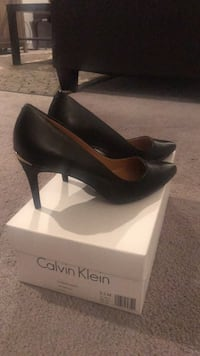 pair of black leather heeled shoes with box Reston