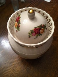 Old Country Roses biscuit jar...highly collectible Somerville, 35670