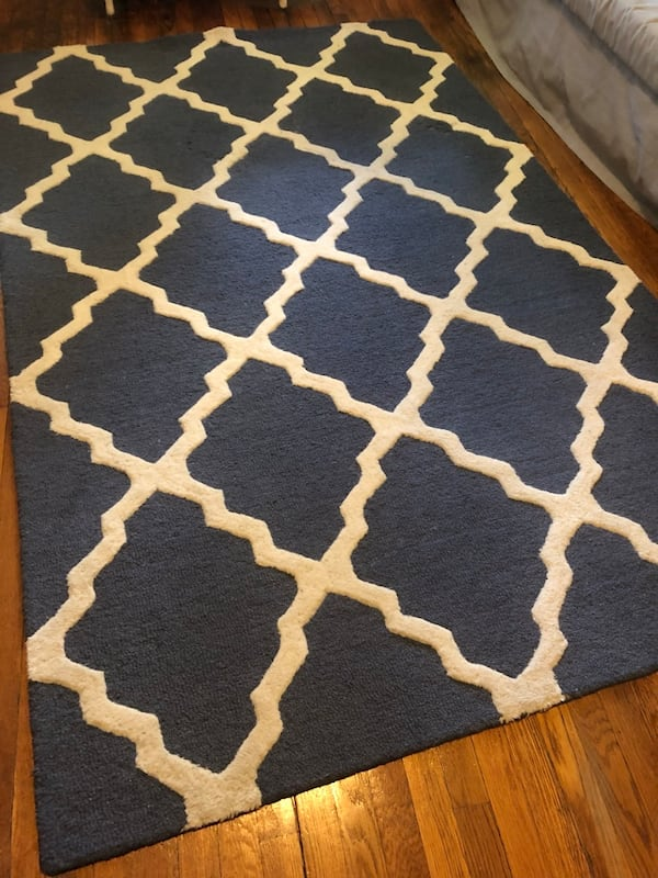 Area Rug with beautiful pattern (5'x8') 539a710c-fb54-42ae-8157-21b9315ffaf4
