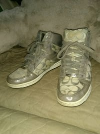 pair of white-and-gray low top sneakers Indianapolis, 46201