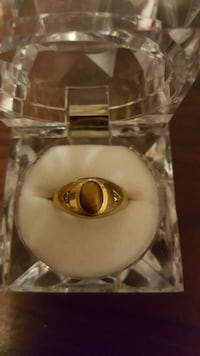 10k gold ring with cat eye and two diamonds  Toronto, M1L 4L2