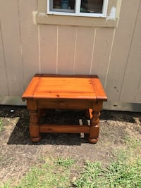 Looking for solid and sturdy?? Solid oak end table in excellent condition  Lafayette, 70506