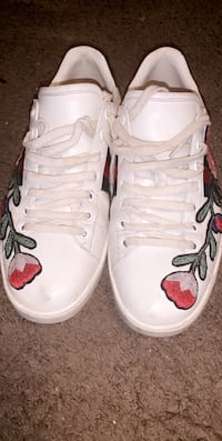 Pair of white low top Gucci Sneakers Washington, 20010