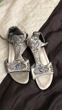 Pair of silver leather open-toe t-strap sandals Palmdale, 93551
