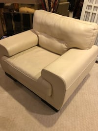 Beige leather chair. 100% pure leather Montréal, H4N 1W5