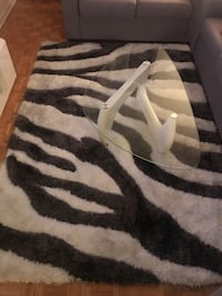 Grey and white area rug/gris et blanc