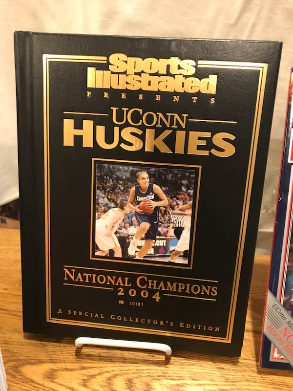 2004 UCONN Women's Basketball Guides 303cfa0a-a20a-48f8-9e43-1c54c4fb62f3