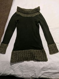 Dark green long sleeve sweater size small Calgary, T2E 0B4