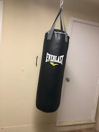 black Everlast heavy bag with stand 460 mi