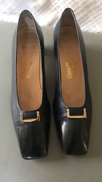 Ferragamo ladies pumps in navy   548 km