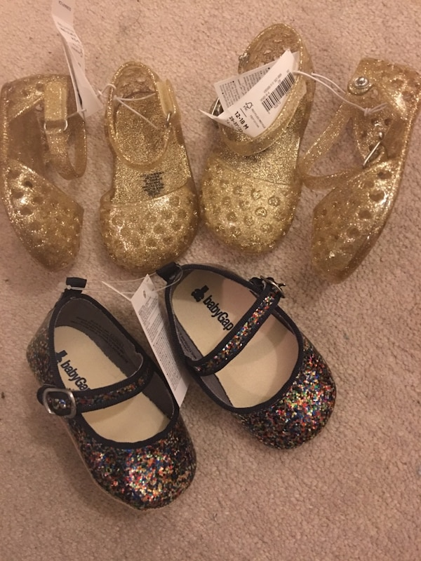 77b1f79b6a34 Brukt 3 pairs of brand new baby girl shoes   size 6-12   12-18- Gold and  Black til salgs i Oakville - letgo