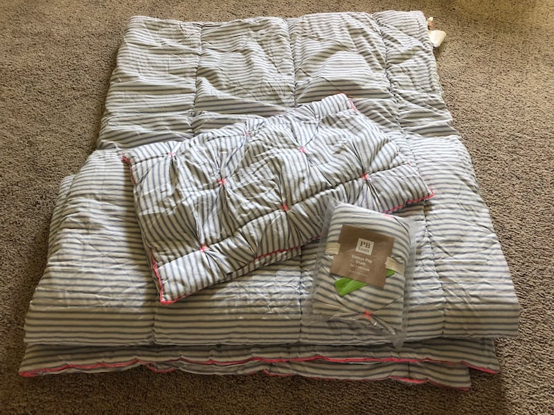 Pottery Barn Queen Comforter reversible. NEW- never used 10ca96f3-3c80-4e82-b06c-6ce4afec99c7
