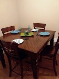 Wooden table with 4 chairs,the table does extend? College Station, 77840