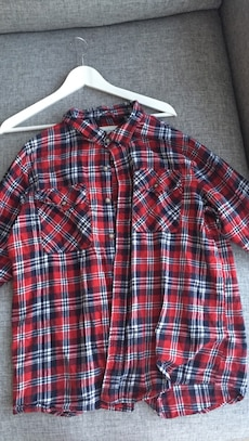 Rød, svart og hvit plaid button-up topp