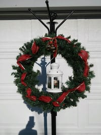 red and green Christmas wreath 588 mi