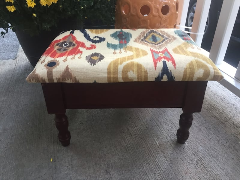 Small footstool hinged lid with storage 8dc5be20-a0f4-40bb-a8d8-bd83db8f63be