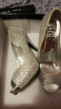 women's pair of silver Deb glittered peep toe pumps with box Wind Lake, 53185