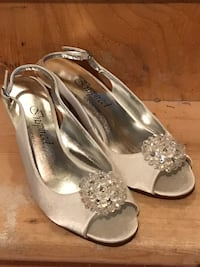 Brand new heels. Bought for wedding, ended up wearing flats instead. Size 7.5. Bought in states and paid over $40 american Winnipeg, R2J 3S6