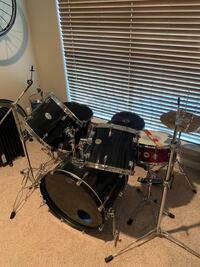 Pearl Forum Series 5 piece kit w/ Remo heads and DW snare.