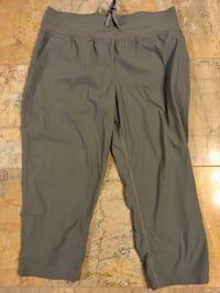 Lululemon Size 8 neutral gray lightweight capris. Edmond