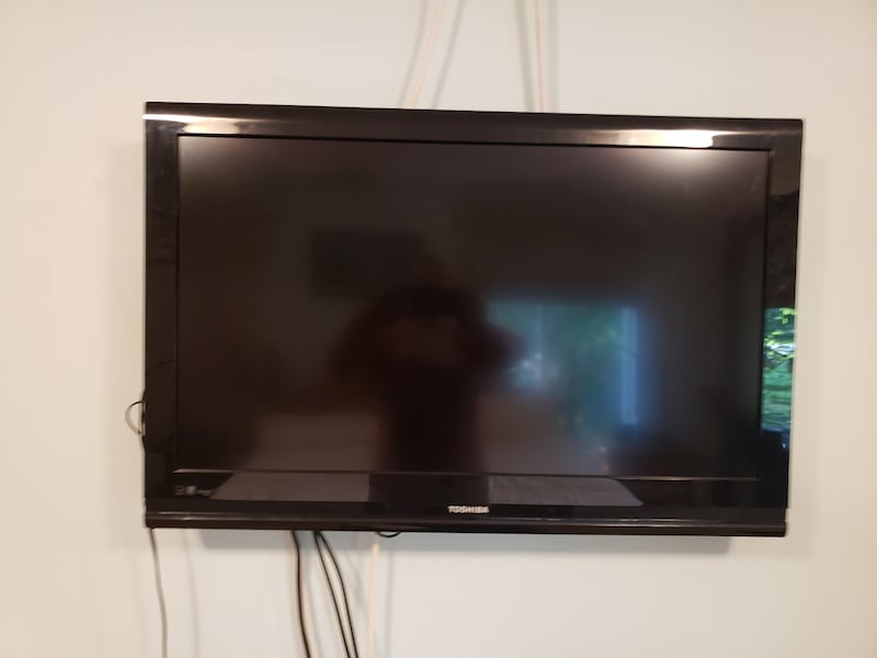 Toshiba flat screen TV with remote  856195f7-75ad-4434-8286-0ded14a3f9d5