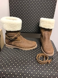 Roots leather shearling lined boots. New, only worn twice! Size 9.