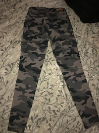 Fitted cargo style camo pants. Size 0 (NEVER WORN)  Oakville, L6L 1K6