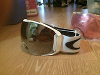 Oakley snowboard goggles brand new never been warn retail price $330.  Coquitlam, V3J 1P7