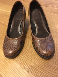 Brown leather pumps, size 6.5 New York, 11104