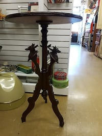 round brown wooden pedestal table Kingston, K7M 7E9