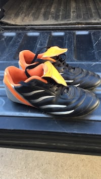 Soccer shoes size 5 Red Deer, T4P