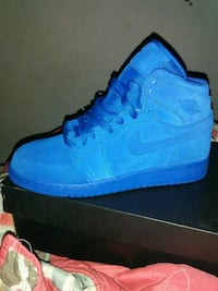 unpaired blue Nike high-top sneaker Victorville, 92392