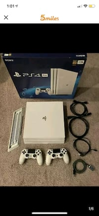 White PS4 PRO 1TB 2 CONTROLLERS