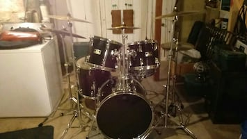 Pearl black drum set
